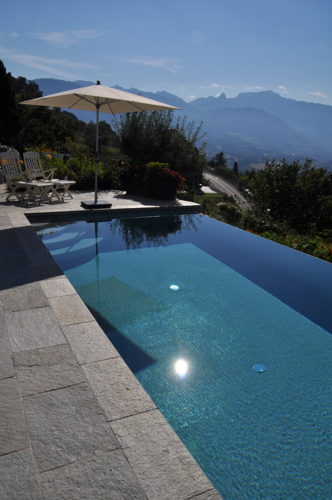 piscines d bordement piscines bertrand. Black Bedroom Furniture Sets. Home Design Ideas